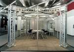 Выставочный стенд, созданный на основе сложной модульной системы.